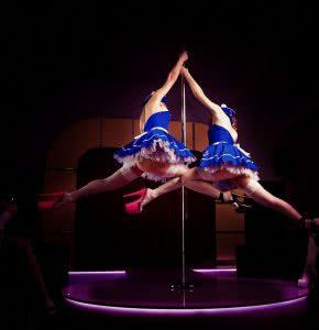 Фотогалерея стрип клуба две танцовщицы на шесте